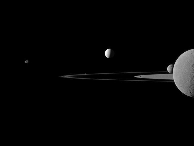 De nouvelles images de l'immense vortex polaire de Saturne Quintet-saturne-cassini_thumb