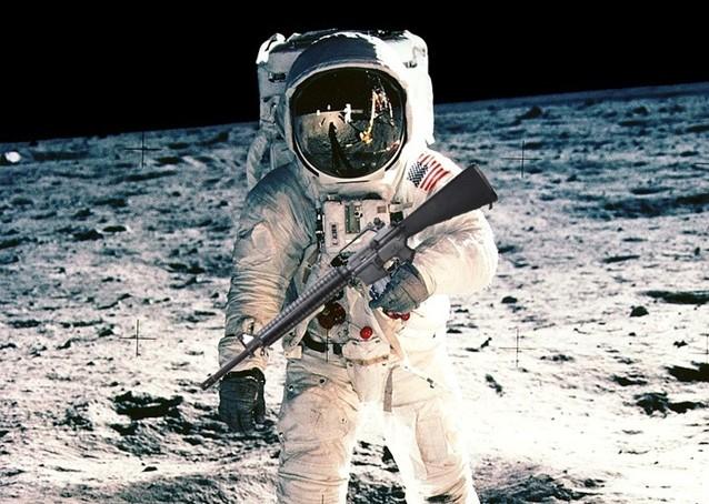 Peut on tirer avec une arme terrestre dans l'espace ?
