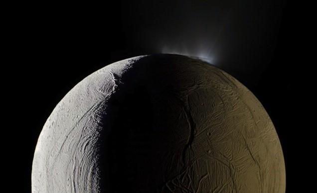 Un gros astéroïde aurait fait s'incliner la lune de Saturne, Encelade