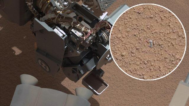 Ouuppsss ! le Curiosity aurait perdu quelque chose en utilisant sa pelle vibrante. (Vidéos)