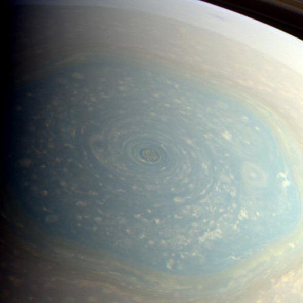 De nouvelles images de l'immense vortex polaire de Saturne Saturn-Hexagone-couleur