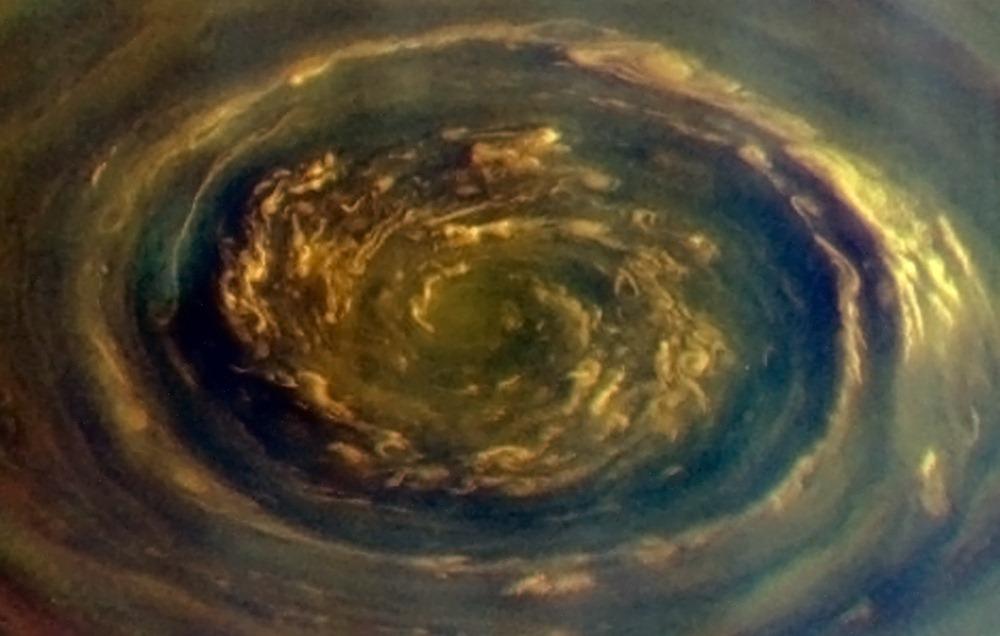 De nouvelles images de l'immense vortex polaire de Saturne Saturne-ple-nord-1