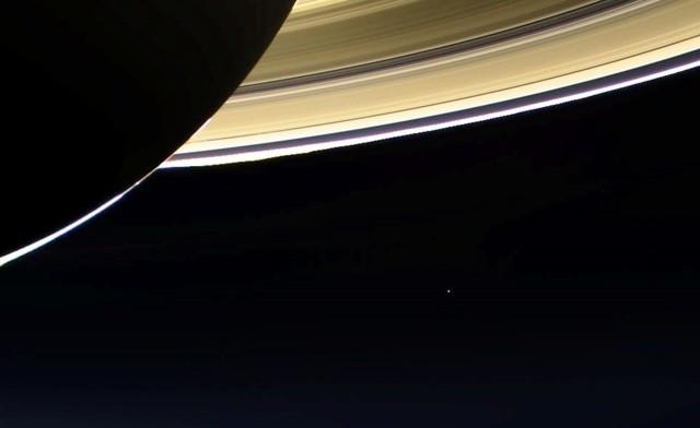 Cassini-photobombing-Saturne-Terre2_thumb.jpg