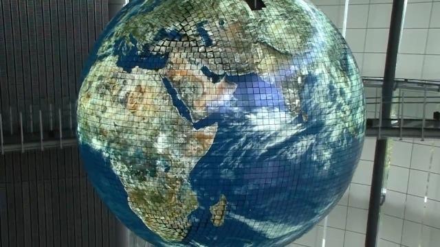 Vidéo : le globe terrestre géant japonais, constitué de 10 000 diodes électroluminescentes organiques et interactives.