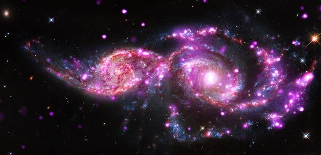 Cette collision galactique offre un violent spectacle qui s'avère fertile