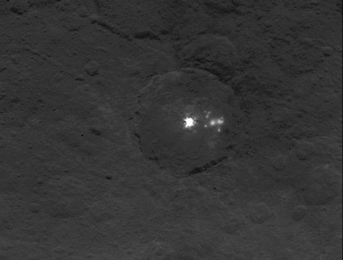 Gros plan sur la mystérieuse et brillante montagne de la planète naine Cérès Crs-Dawn-06151