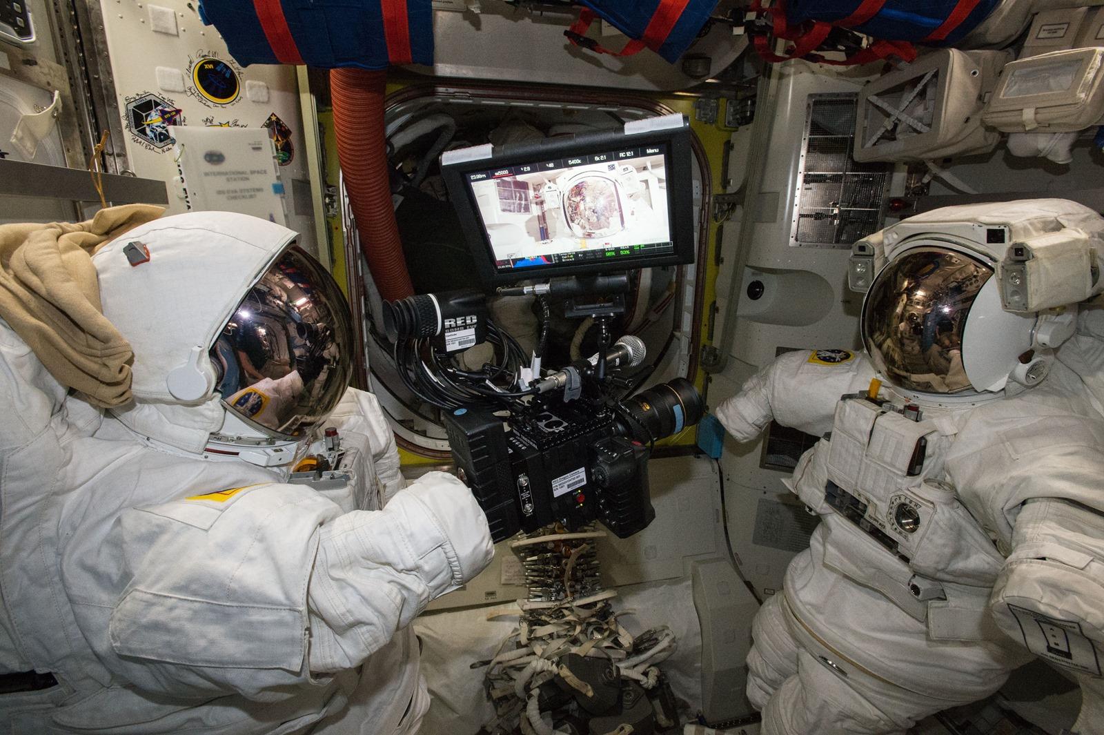 La Terre, la Lune, l'ISS, une pilule effervescente en microgravité le tout en Ultra HD