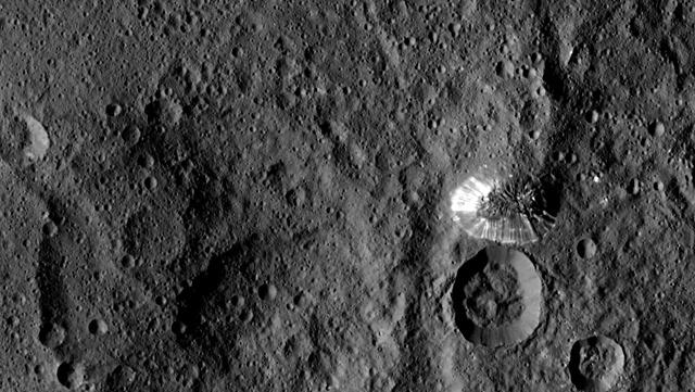 Gros plan sur la mystérieuse et brillante montagne de la planète naine Cérès Dawn-Crs-montagne815_thumb