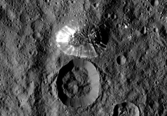 Gros plan sur la mystérieuse et brillante montagne de la planète naine Cérès Dawn-Crs-montagne815_thumb1