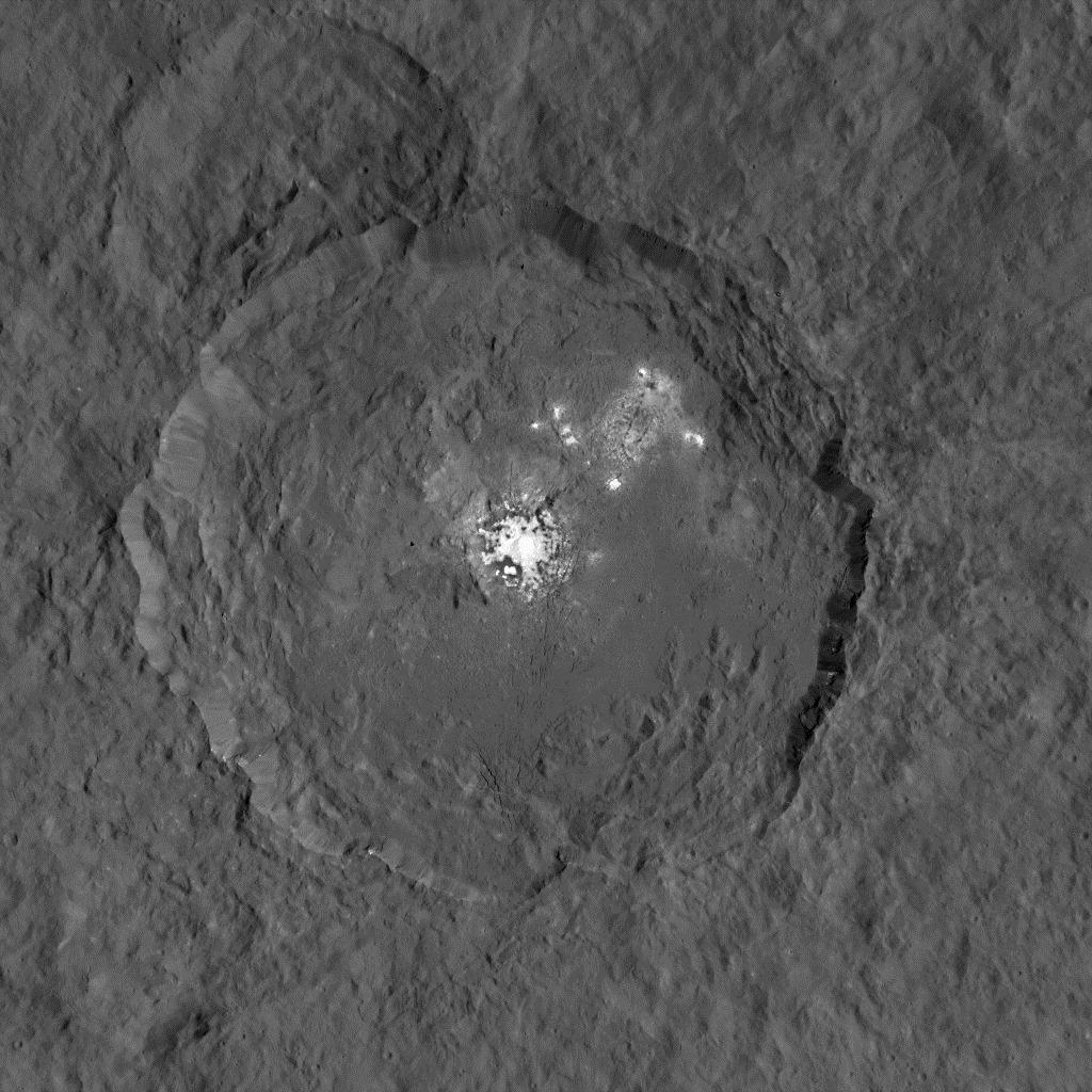 De plus en plus près des mystérieuses taches lumineuses de la planète naine Cérès