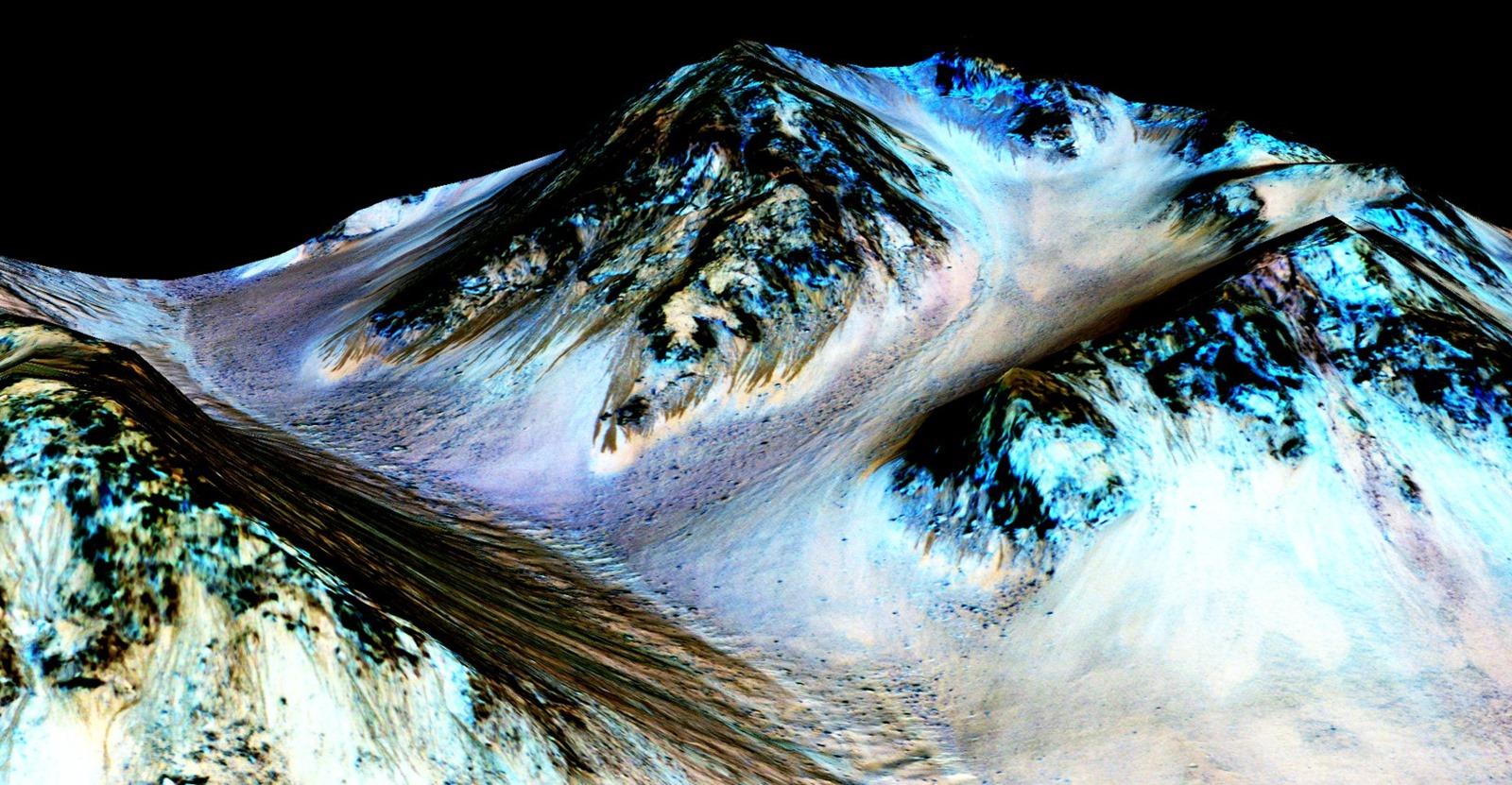 De l'eau salée coule actuellement sur des pentes martiennes et renforce l'idée d'une vie microbienne