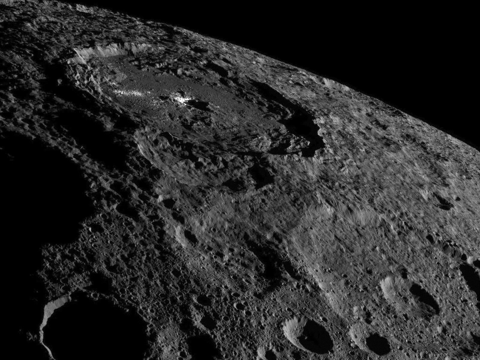 Finalement, on peut admirer les brillants cratères de Cérès d'encore plus près…