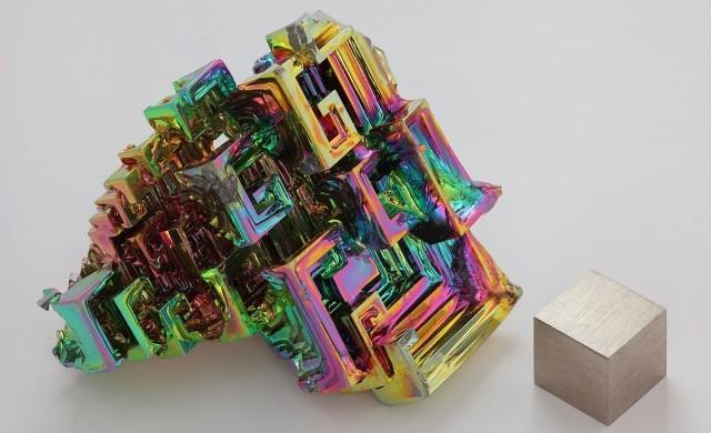 bismut_cristall_und_1cm3_Wuerfel.jpg