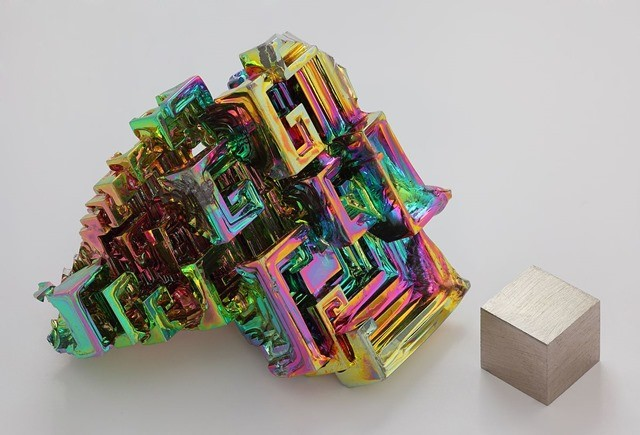 bismut_cristall_und_1cm3_Wuerfel