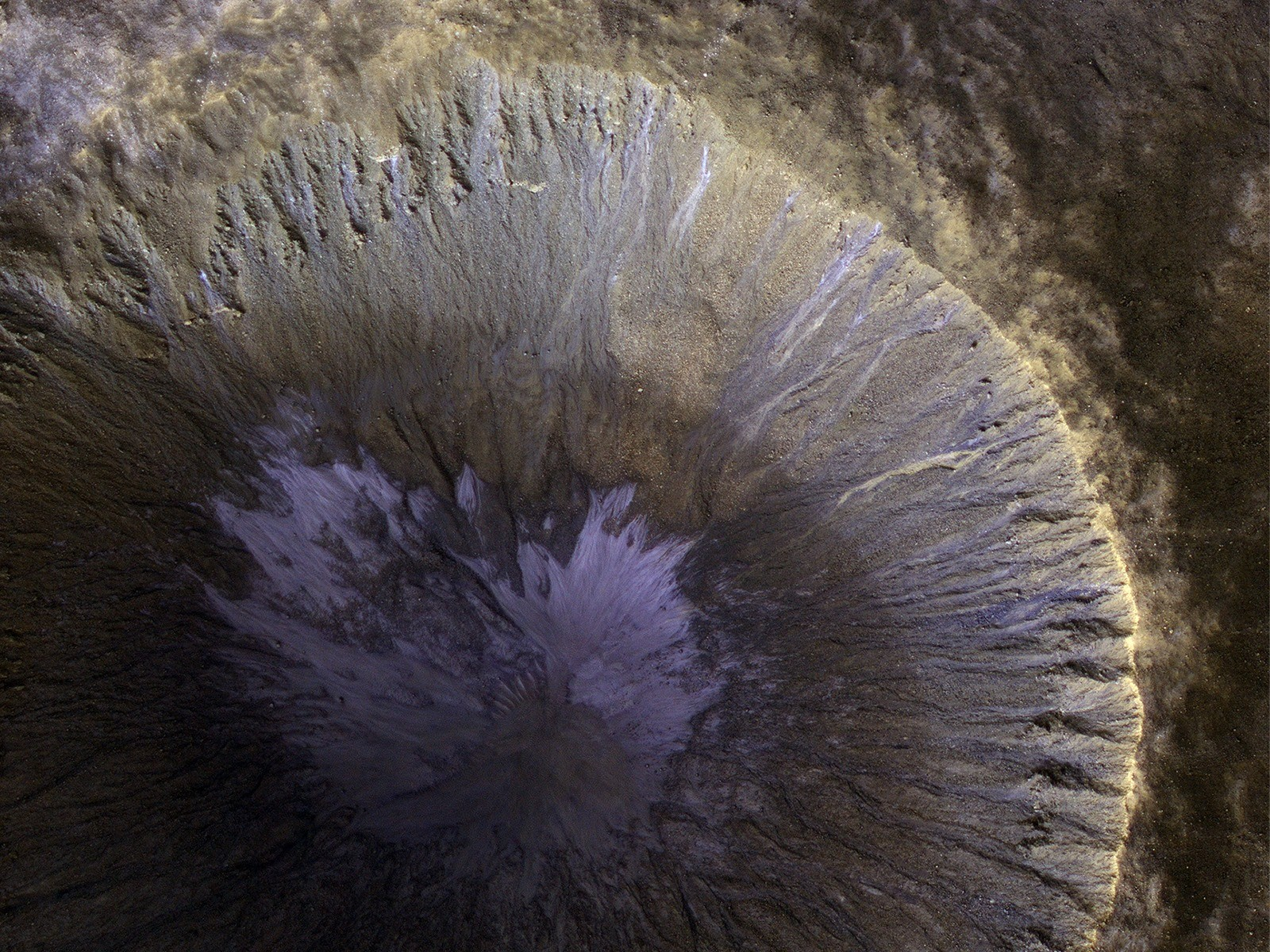 Images : les sillons de ravines dans un cratère martien et Bart Simpson glacé dans un glissement de terrain sur Cérès