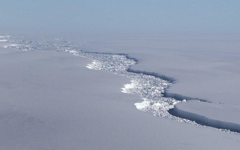 Ça a craqué ! Le plus grand iceberg jamais observé vogue désormais librement