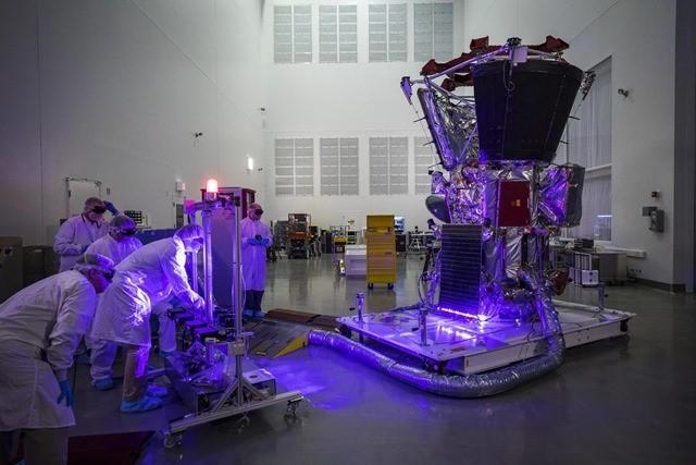 """Image : la sonde spatiale qui voudrait """"toucher le Soleil"""" examinée sous une étrange lumière violette"""