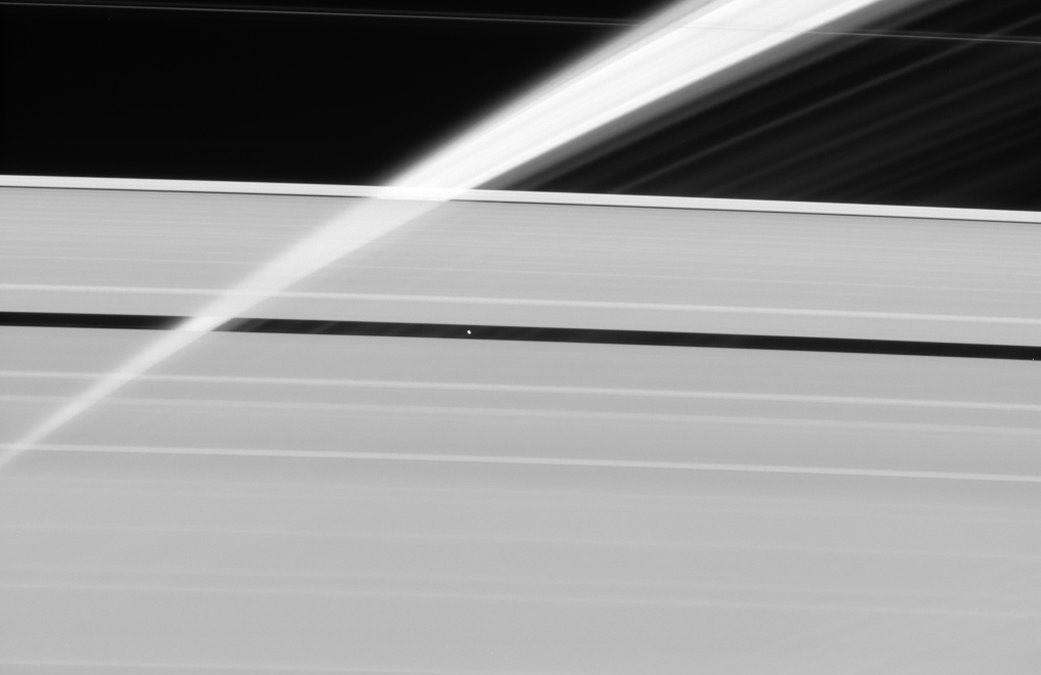 La nature translucide des anneaux de Saturne révélée dans cette image de la sonde Cassini