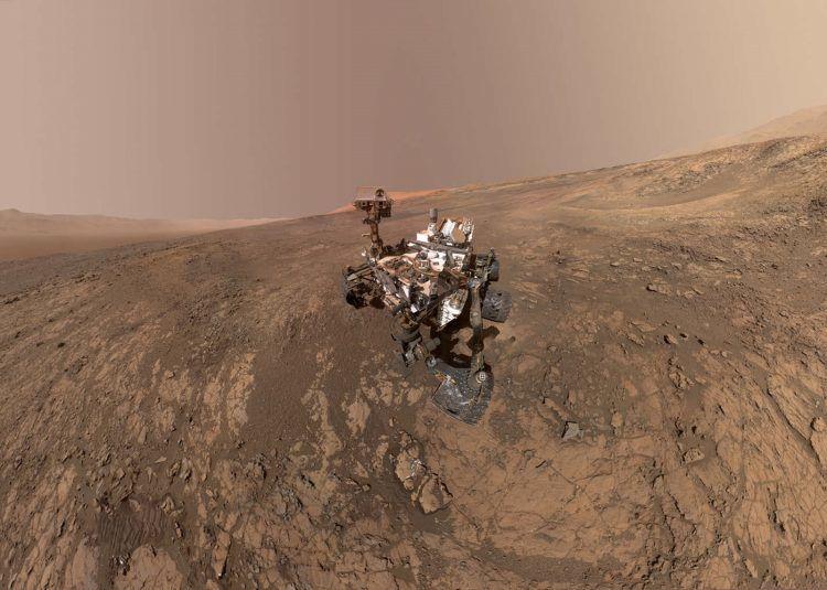 Le Curiosity profite de la hauteur pour admirer le chemin parcouru sur Mars et prendre un selfie