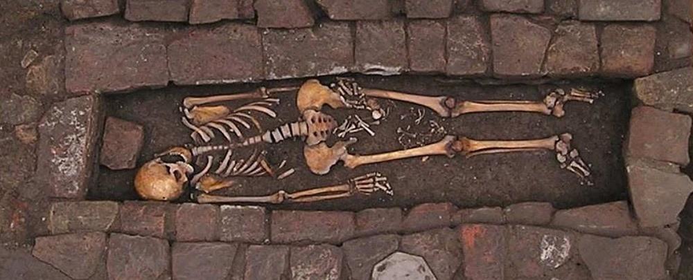 On a fait un trou dans le crâne de cette femme du moyen-âge qui a accouché dans son cercueil ! By Gurumed.org Naissance-cercueil_thumb